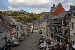 A cidade medieval antiga de Dinan, onde o saxofone foi inventado Vista das casas do monte fotos de stock