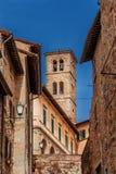 Cidade medieval de Cortona com a torre de sino em Toscânia imagens de stock
