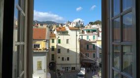 Cidade medieval italiana da manhã da janela de abertura filme