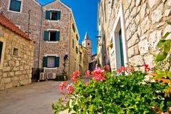 Cidade mediterrânea da rua da pedra de Pirovac imagens de stock royalty free