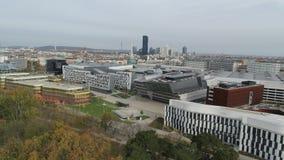 Cidade moderna aérea do zangão de Viena e natureza verde filme