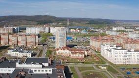 Cidade moderna com panorama dos campo de jogos das casas de apartamento filme