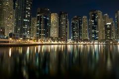 Arquitectura da cidade moderna do porto de Dubai em noites Foto de Stock Royalty Free