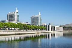 Cidade moderna pelo mar imagem de stock