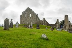 A cidade mon?stico antiga de Clonmacnoise na Irlanda imagens de stock royalty free