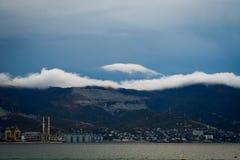 Cidade, montanhas e nuvens Fotografia de Stock Royalty Free