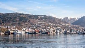 Cidade na água em Noruega imagens de stock royalty free