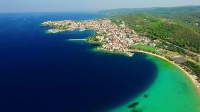 Cidade na costa de mar vídeos de arquivo