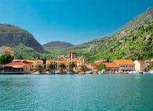 Cidade na costa de mar Imagens de Stock Royalty Free