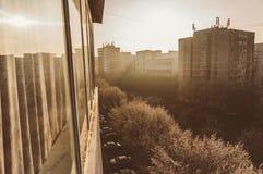 Cidade na luz do amanhecer Fotos de Stock Royalty Free