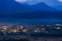 Cidade na montanha no tempo crepuscular Imagem de Stock Royalty Free