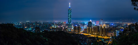 Cidade na noite, Taiwan de Taipei imagem de stock royalty free