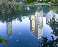 Cidade na reflexão. Fotografia de Stock