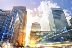 Cidade na reflexão do por do sol e dos sinais Conceito do negócio Fotos de Stock