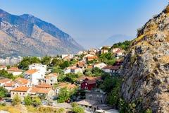 Cidade nas montanhas foto de stock royalty free