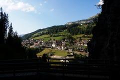 Cidade nas montanhas maravilhosas da dolomite/Saint Cristina no vale do gardena Imagem de Stock