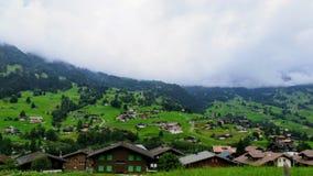 Cidade nas montanhas suíças imagem de stock