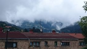 cidade nebulosa perdida nas nuvens foto de stock