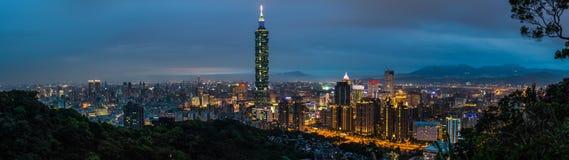 Cidade no crepúsculo, Taiwan de Taipei fotografia de stock