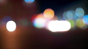 Cidade no fundo da noite com carros Fora de foco o fundo com a cidade unfocused obscura ilumina-se filme