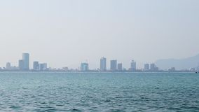 Cidade no horizonte na água do mar azul da névoa que filtra o movimento lento vídeos de arquivo