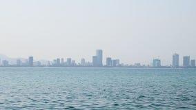 Cidade no horizonte no movimento azul da filtração da água do mar da névoa filme