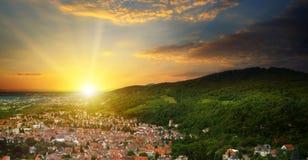 Cidade no vale da montanha e a opinião do nascer do sol de cima de Imagem de Stock Royalty Free