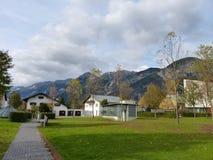 Cidade no vale montanhoso imagens de stock royalty free