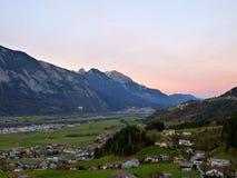 Cidade no vale montanhoso fotografia de stock royalty free