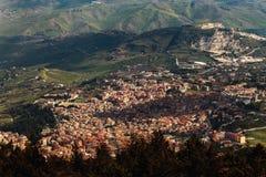 Cidade no vale, Sicília, Itália fotografia de stock