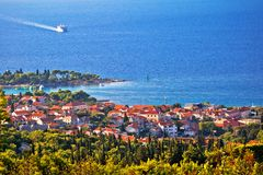 Cidade opinião do canal da ilha de Supetar e de Brac foto de stock