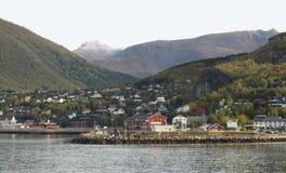 Cidade Ornes na costa norueguesa Fotos de Stock Royalty Free