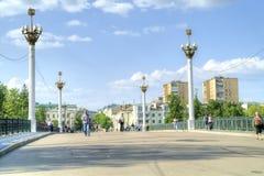 Cidade Oryol Ponte através do rio Orlik fotografia de stock