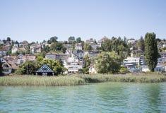 Cidade pelo lago Fotos de Stock Royalty Free
