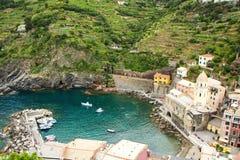 Cidade pequena bonita de Vernazza no parque nacional de Cinque Terre Paisagens coloridas italianas foto de stock royalty free