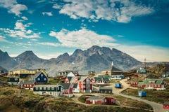 Cidade pequena, colorida na costa leste de Gronelândia foto de stock