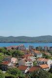 Cidade pequena com os telhados vermelhos em Montenegro fotografia de stock royalty free
