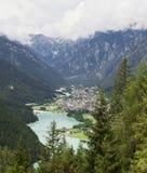 Cidade pequena da montanha de Italy fotos de stock