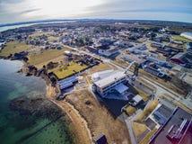 Cidade pequena da pesca, ilha norueguesa, vista aérea cênico Imagens de Stock