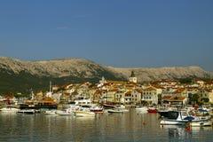 Cidade pequena de Baska seu porto Barco no primeiro plano Férias da Croácia Ilha Krk Costa adriático, Croácia, Europa Vaca do ver fotos de stock royalty free