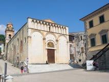 Cidade pequena de Pietrasanta no quadrado principal de Toscânia com St Agosti fotos de stock
