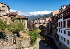 A cidade pequena de Potes em Cantábria, Espanha fotografia de stock