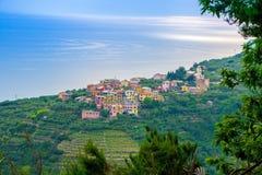 Cidade pequena de Volastra, situada nas montanhas entre as cidades de Corniglia e Manarola, no parque nacional de Cinque Terre fotografia de stock