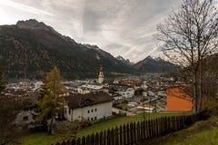 Cidade pequena Fulpmes no vale alpino, Tirol, Áustria fotografia de stock
