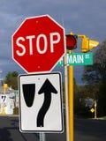 Cidade pequena: sinais de estrada da rua principal Fotos de Stock