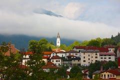 Cidade pequena Tolmin nos alpes Foto de Stock