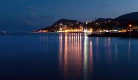 Cidade perto do mar na noite Fotos de Stock Royalty Free