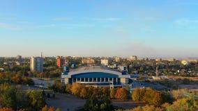 Cidade provincial das construções no por do sol filme