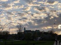Cidade que obtém sob as nuvens fotografia de stock royalty free
