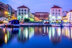 Cidade rachada na noite, Croácia Fotos de Stock Royalty Free